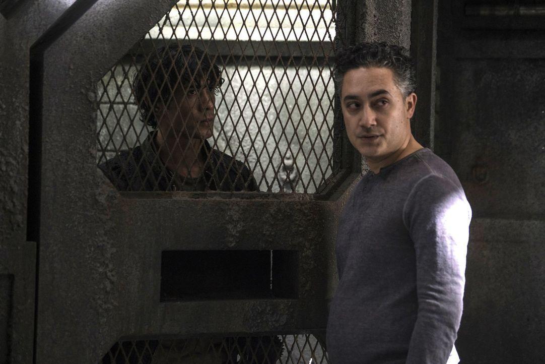 Ein kurzes Gespräch mit Kane bringt Sinclair (Alessandro Juliani, r.) ins Fadenkreuz von Bellamy (Bob Morley, l.). Was wird dieser mit dem angeblich... - Bildquelle: 2014 Warner Brothers