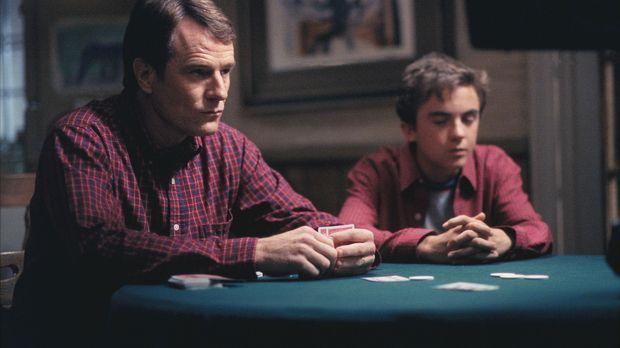 Hal (Bryan Cranston, l.) und Malcolm (Frankie Muniz, r.) sehen beim Pokern zi...