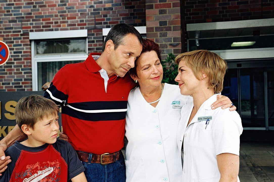 Dr. Stein (Christoph Schobesberger, 2.v.l.) hat nach dem Tod seiner Tochter eine Entscheidung getroffen: Er verlässt das Luisenkrankenhaus! Zusammen... - Bildquelle: Monika Schürle Sat.1