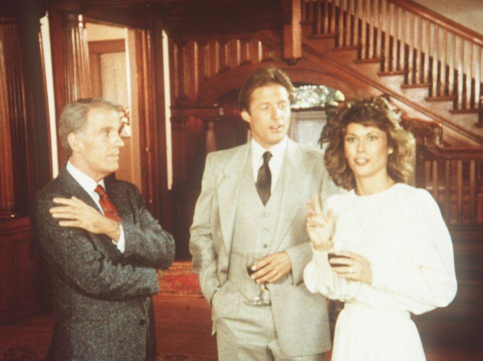 """Amanda (Kate Jackson, r.) und Lee (Bruce Boxleitner, M.) ermitteln bei Robinson (Peter White, l.), der als Geschäftsführer das Feinschmeckerlokal """"E..."""