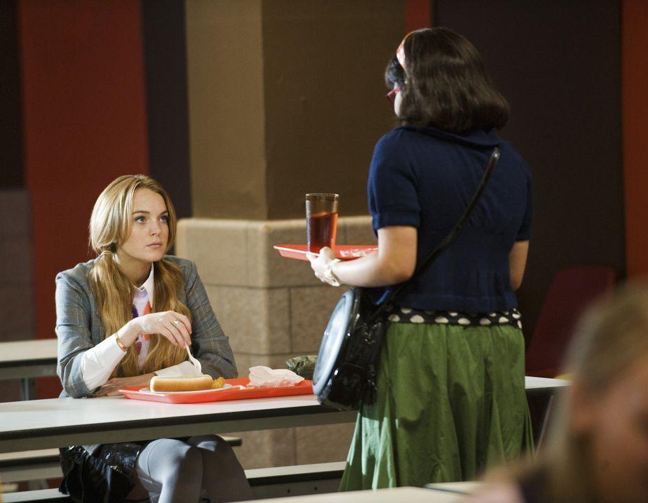 Kimmie Keegan (Lindsay Lohan, l.) bittet Betty (America Ferrera, r.), ihr zu helfen, eine offene Stelle bei MODE zu ergattern. Erst zu spät erinnert... - Bildquelle: 2008   ABC Studios