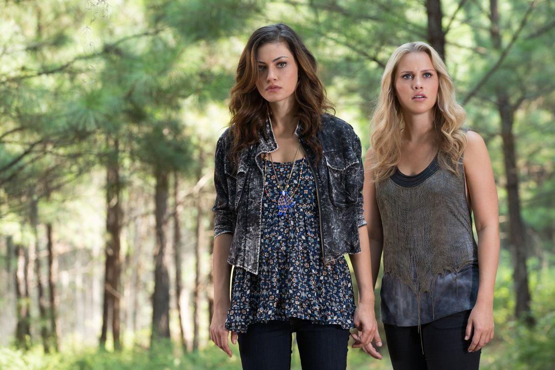 Hayley und Rebekah werden beobachtet - Bildquelle: Warner Bros. Entertainment Inc.