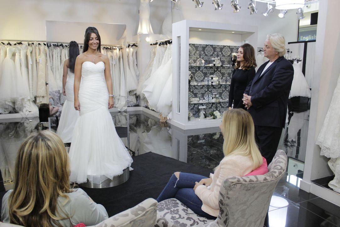 Braut Kara will es jedem Recht machen, besonders ihrer Oma, die beim Kleider... - Bildquelle: TLC & Discovery Communications