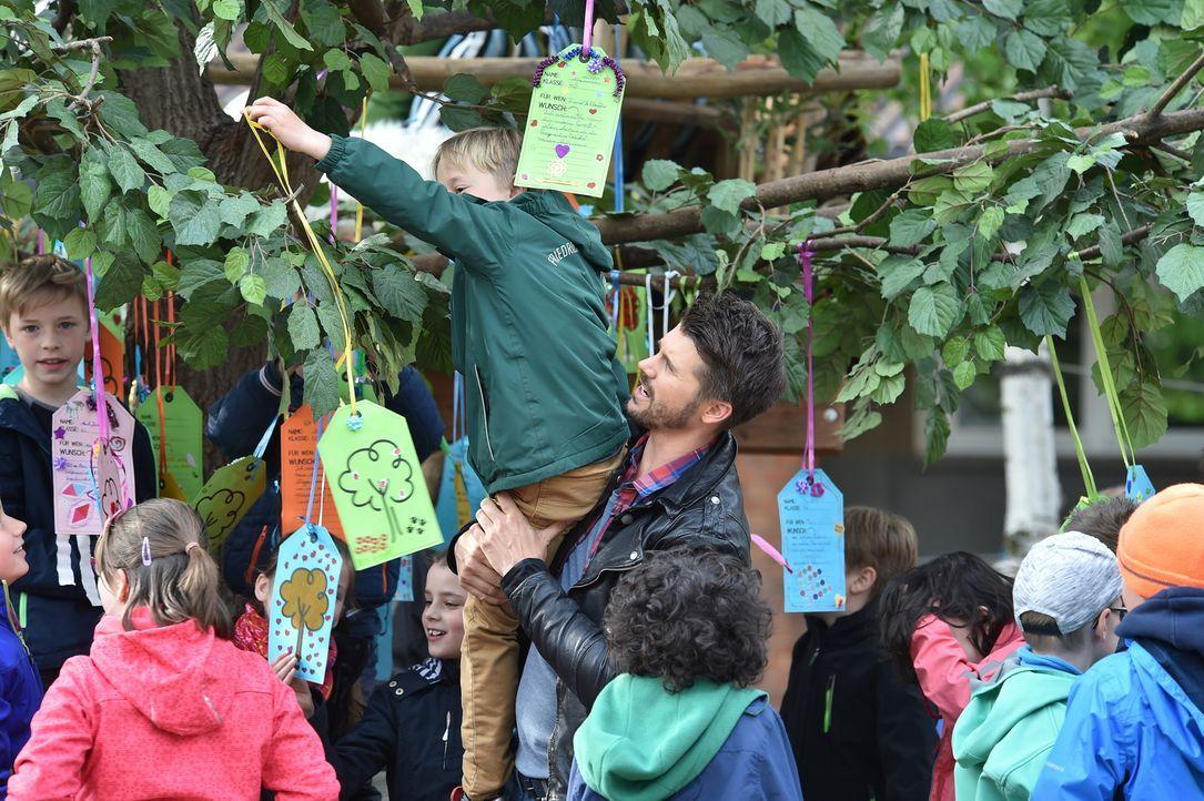 Schöne, traurige, lustige oder auch spannende Wünsche für ihre Liebsten hängen die Kinder an den Wunschbaum, mit dem Thore Schölermann (r.) an Deuts... - Bildquelle: Andre Kowalski SAT.1