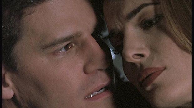 Angel (David Boreanaz, l.) stattet Lilah (Stephanie Romanov, r.) einen überra...