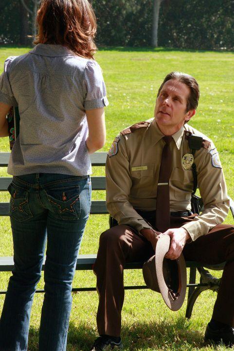 Dylan (Lyndsy Fonseca, l.) wird von einem vermeintlichen Polizisten (Gary Cole, r.) angehalten, da sie angeblich zu schnell gefahren ist. Wie sich a... - Bildquelle: ABC Studios