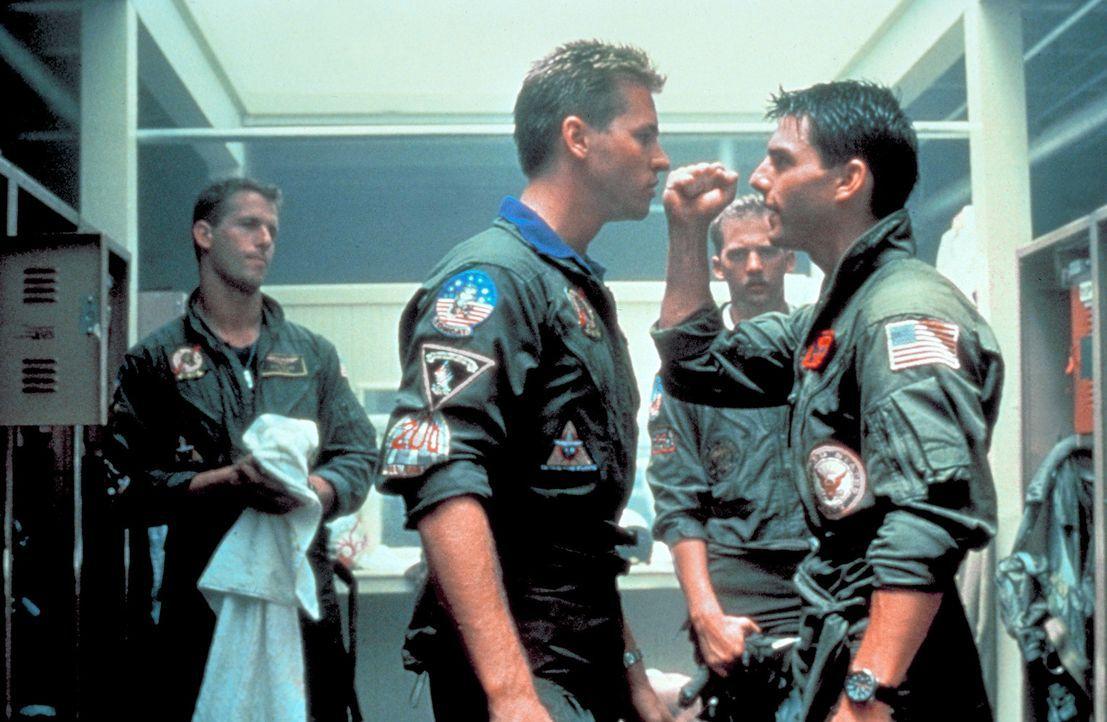 Die Rivalität zwischen den Kampfpiloten wird immer härter - es kommt zur offenen Konfrontation zwischen Maverick (Tom Cruise, r.) und seinem Dauer... - Bildquelle: PARAMOUNT PICTURES CORPORATION