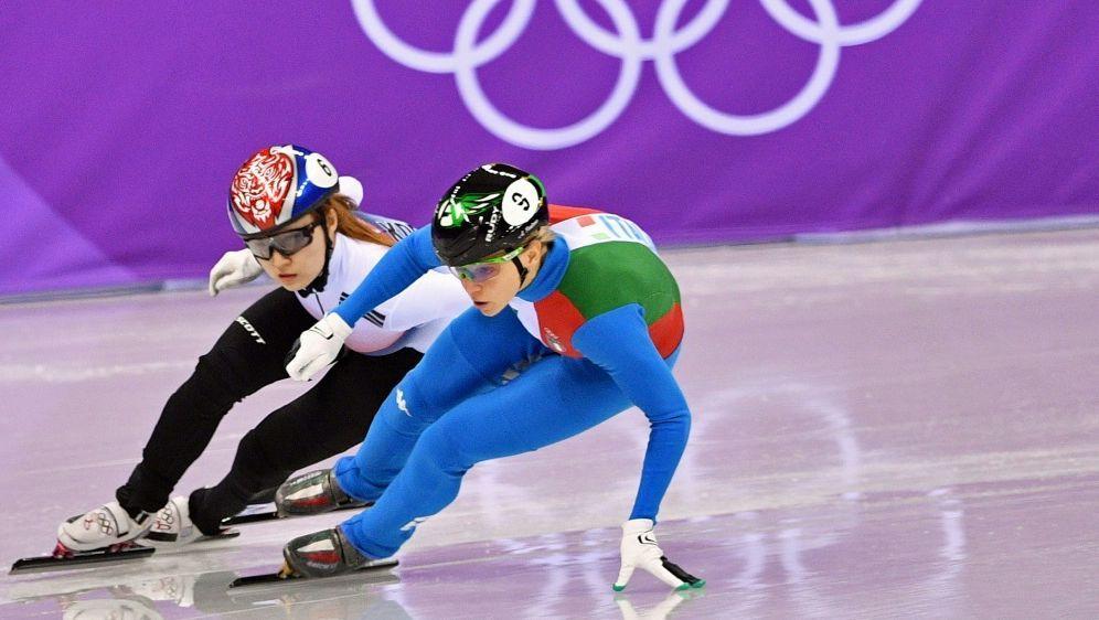 Arianna Fontana (v.) gewinnt Gold im Finale über 500 m - Bildquelle: AFPSIDMLADEN ANTONOV