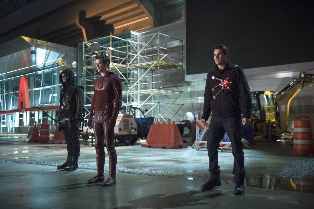 Nur gemeinsam haben sie überhaupt eine Chance gegen neue und alte Feinde: Oliver alias Arrow (Stephen Amell, l.), Barry alias The Flash (Grant Gusti... - Bildquelle: Warner Brothers.