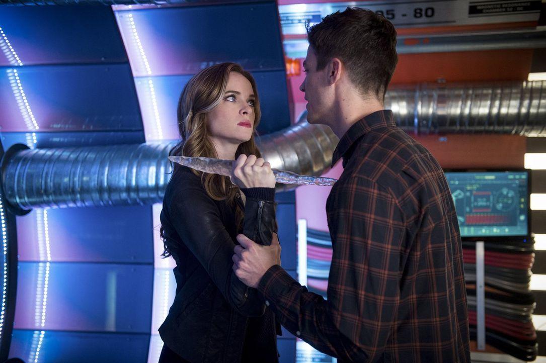 Gerade als Barry (Grant Gustin, r.) erfährt, gegen welch mächtigen Gegner er und seine Freunde wirklich kämpfen müssen, scheint Caitlin (Danielle Pa... - Bildquelle: 2016 Warner Bros.