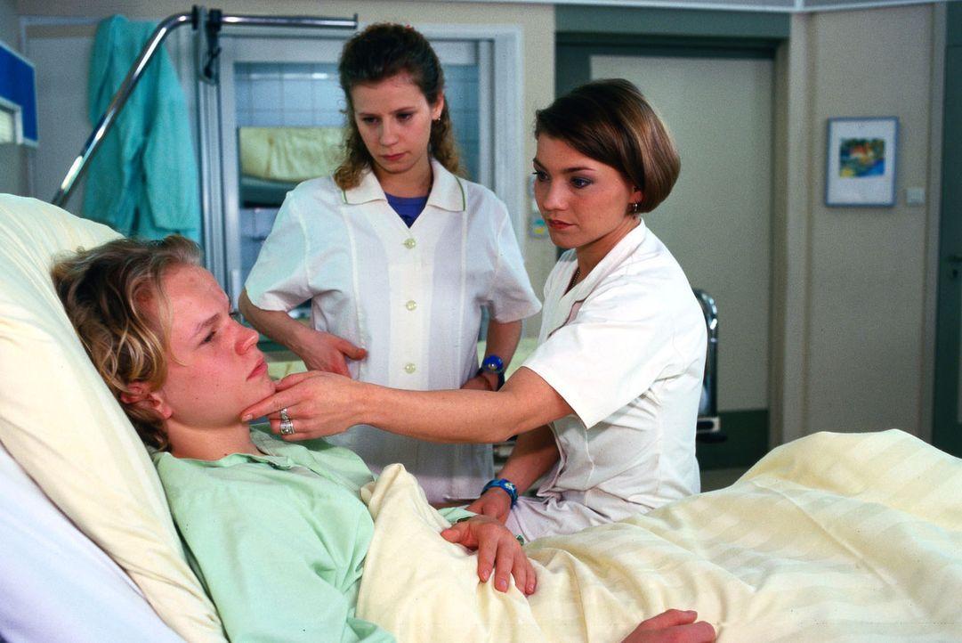 Andy Schneider (Alexander Eisenfeld, l.) wird mit einer bösen Knieverletzung eingeliefert. Schwester Stephanie (Claudia Schmutzler, r.) und Fränzi... - Bildquelle: Noreen Flynn Sat.1
