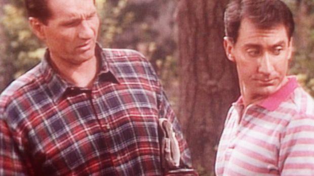 Al (Ed O'Neill, l.) und Steve (David Garrison, r.) haben sich im Wald verlauf...