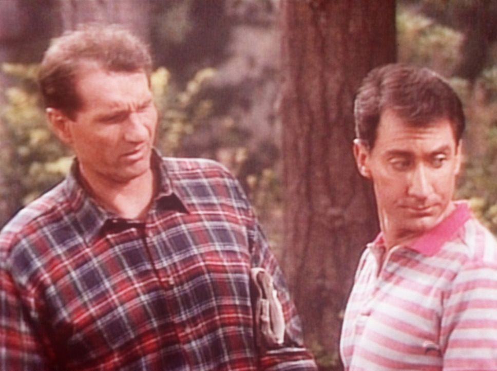 Al (Ed O'Neill, l.) und Steve (David Garrison, r.) haben sich im Wald verlaufen. - Bildquelle: Sony Pictures Television International. All Rights Reserved.