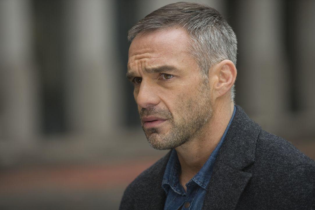 Rocher (Philippe Bas) nimmt am Tatort einen Verdächtigen fest, der mehr zu verbergen hat, als gedacht ... - Bildquelle: 2015 BEAUBOURG AUDIOVISUEL