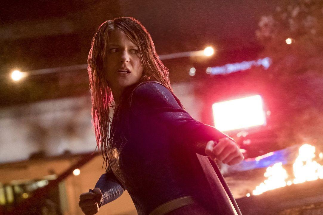 Von Superman will sich Supergirl (Melissa Benoist) nicht unterkriegen lassen und sagt diesem den Kampf an ... - Bildquelle: 2016 Warner Brothers