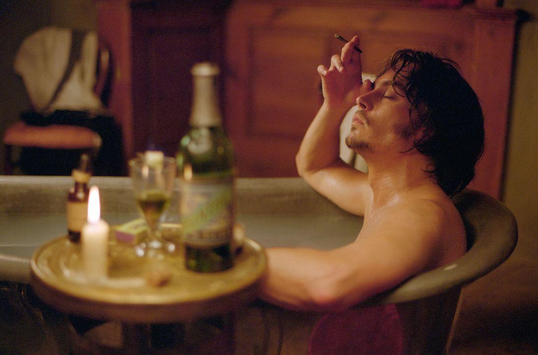 Inspector Frederick Abberline (Johnny Depp) versucht den Verlust seiner Frau und seiner Tochter in Opium zu ertränken. Zusätzlich treibt ihn sein... - Bildquelle: 2001 Twentieth Century Fox Film Corporation. All rights reserved.