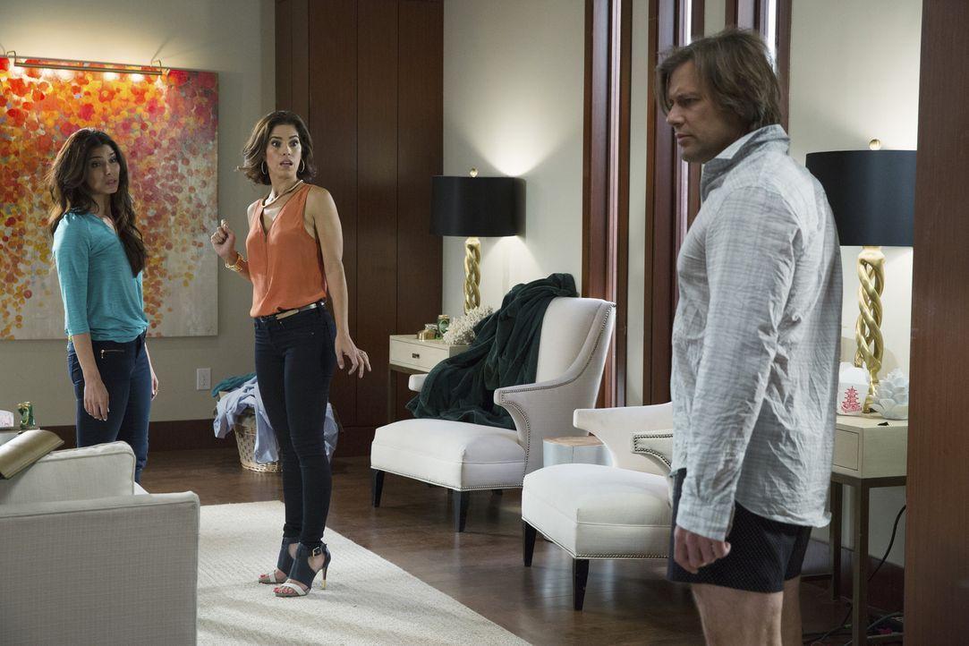 Als Marisol (Ana Ortiz, M.) Carmen (Roselyn Sanchez, l.) zum Frühstück abholen will, stellt sich ihr unweigerlich die Frage, was sich letzten Abend... - Bildquelle: 2014 ABC Studios