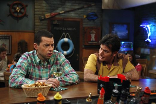Two and a Half Men - Charlie (Charlie Sheen, r.) hat sich vor Trauer um die T...