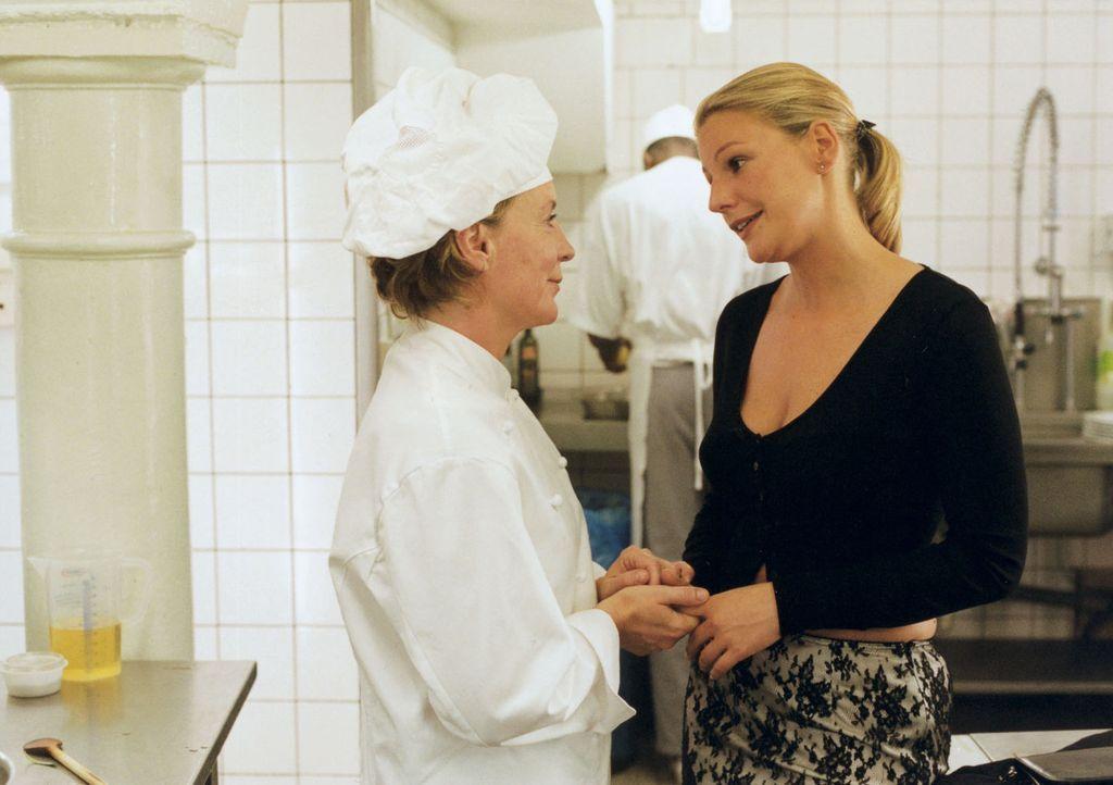 Stella (Sophie Schütt, r.) verabschiedet sich von ihrer Mutter (Peggy Lukac, l.). - Bildquelle: Wolfgang Meier Sat.1
