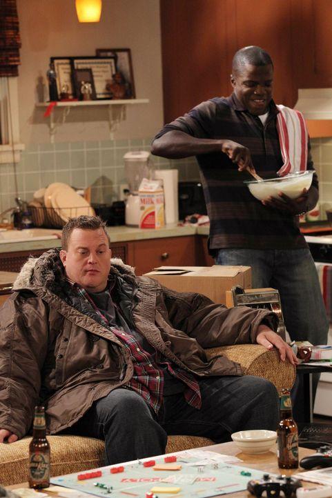 Mike (Billy Gardell, l.) möchte Molly einen ganz besonderen Geburtstag bescheren und bittet Carl (Reno Wilson, r.) um Hilfe. Doch alles endet im Ch... - Bildquelle: Warner Brothers