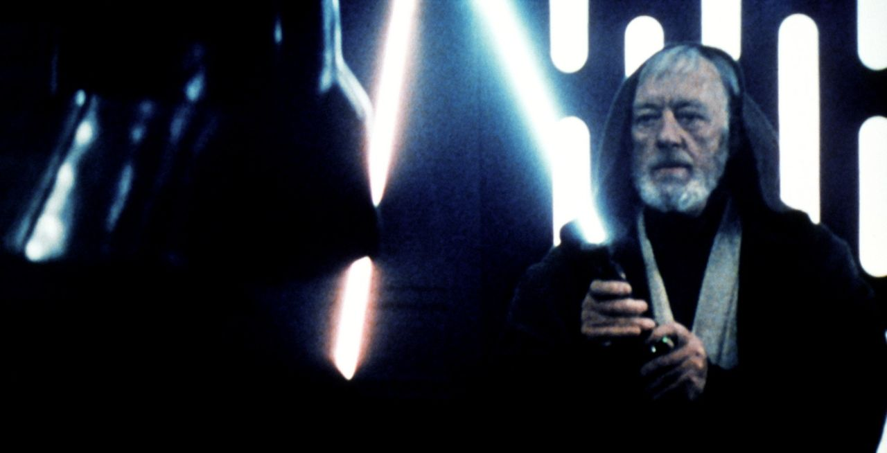 Obi-Wan (Alec Guinness, r.) tritt zum alles entscheidenen Kampf gegen Darth Vader (David Prowse, l.) an ... - Bildquelle: Lucasfilm LTD. & TM. All Rights Reserved.