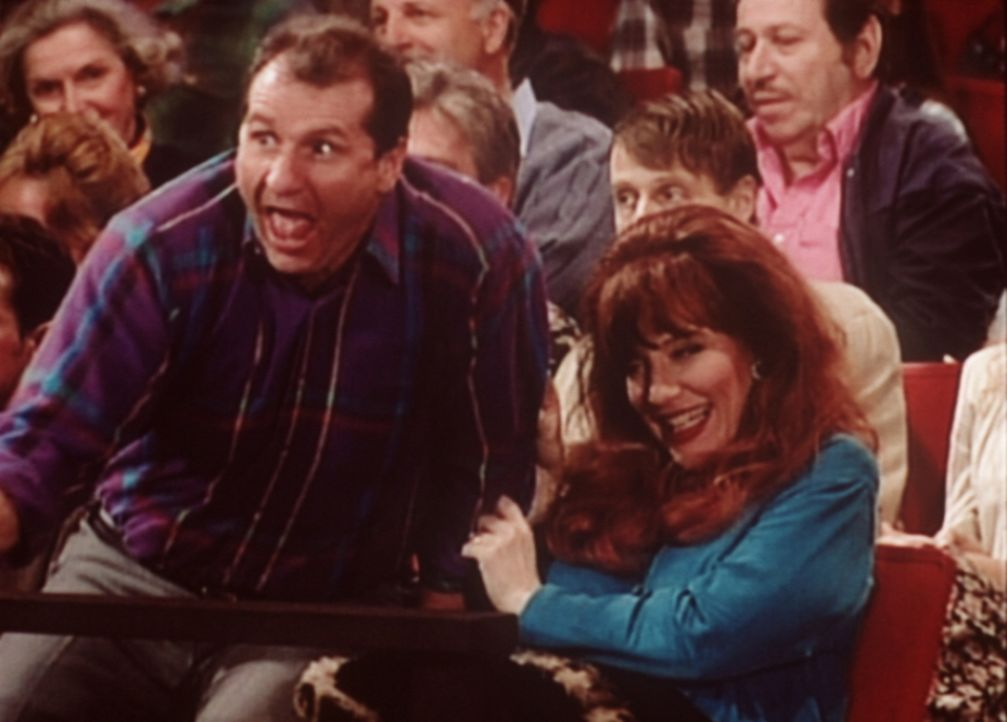 Al (Ed O'Neill, l.) und Peggy (Katey Sagal, r.) wohnen voller Aufregung der Quizshow bei. - Bildquelle: Sony Pictures Television International. All Rights Reserved.