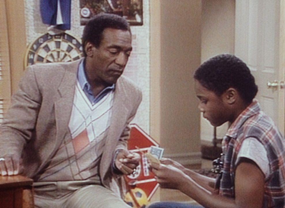 Cliff (Bill Cosby, l.) versucht, Theo (Malcolm-Jamal Warner, r.) mit Monopoly-Geld zu verdeutlichen, wie wenig er später verdienen wird, wenn er we... - Bildquelle: Viacom