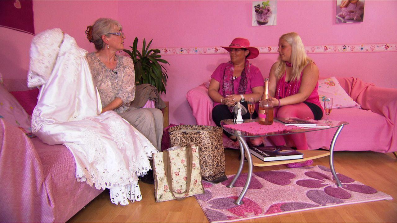 Schwiegermutter Margret (l.) zeigt Monique (M.) und deren Tochter Stella (r.) das Kleid, das sie auf ihrer Hochzeit getragen hat. Sie würde sich w - Bildquelle: SAT.1