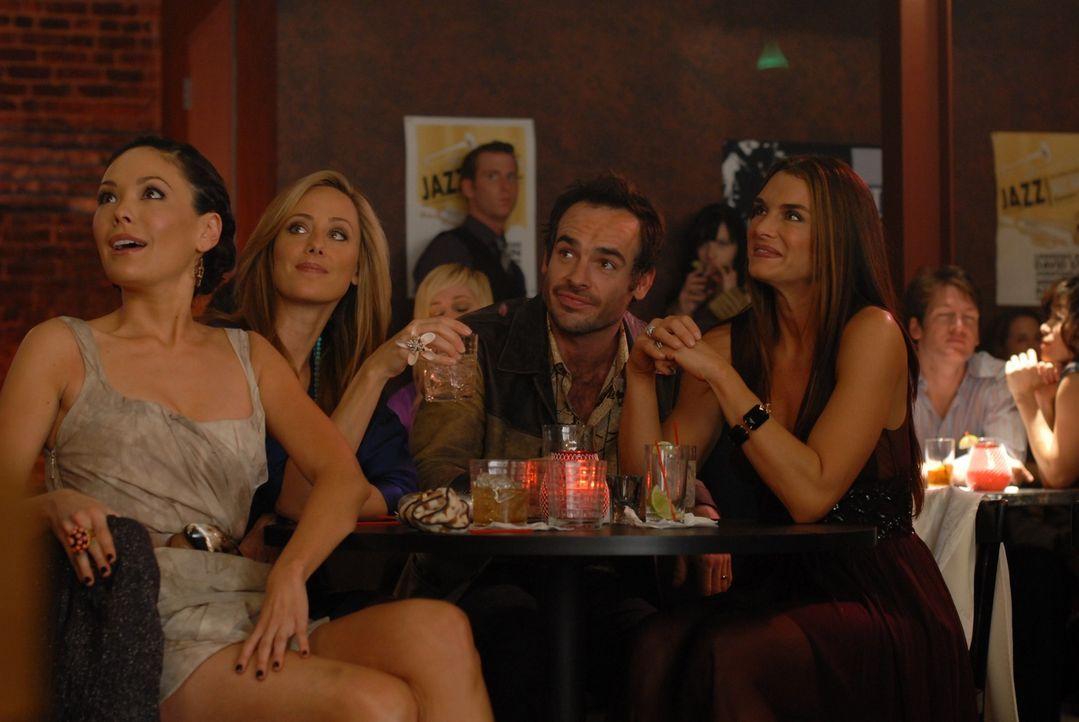 Dank Wendy (Brooke Shields, r.) hat Shane (Paul Blackthorne, 2.v.r.) einen Auftritt in einem Club an Land gezogen. Nico (Kim Raver, 2.v.l.) und Vict... - Bildquelle: 2004 NBC, Inc.