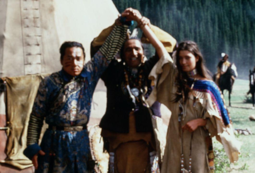 Nach einer alkoholgeschwängerten Nacht erwartet Chon (Jackie Chan, l.) eine nette Überraschung: Der Sioux-Häuptling (Russell Badger, M.) stellt i... - Bildquelle: SPYGLASS ENTERTAINMENT GROUP, LP