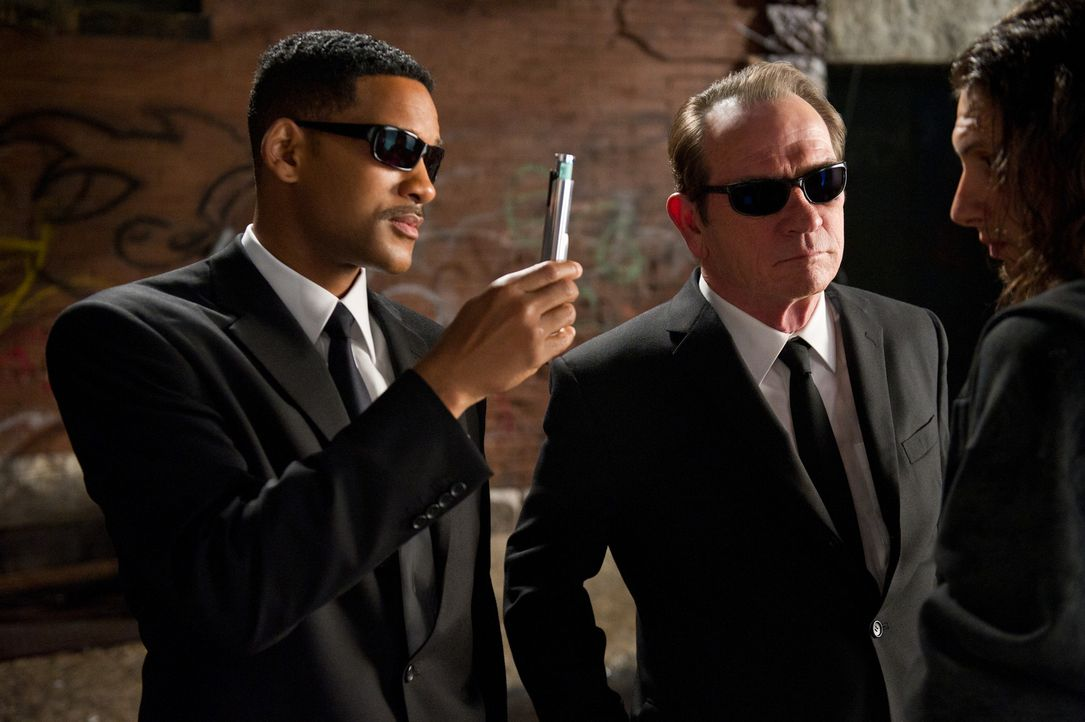 Immer einen Neutralisierer im Gepäck: Die beiden Top-Agenten J (Will Smith, l.) und K (Tommy Lee Jones, r.) müssen mal wieder ihr Bestes geben, um d... - Bildquelle: Wilson Webb 2012 Columbia Pictures Industries, Inc.  All rights reserved.