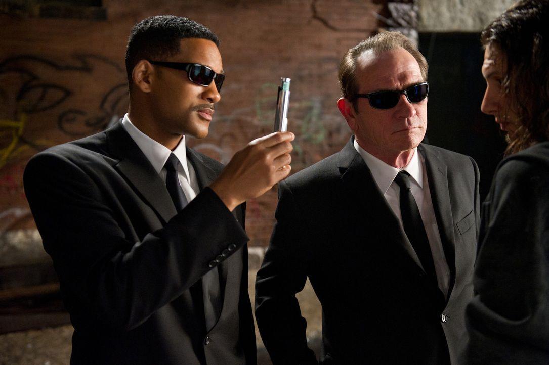 Immer einen Neutralisierer im Gepäck: Die beiden Top-Agenten J (Will Smith, l.) und K (Tommy Lee Jones, r.) müssen mal wieder ihr Bestes geben, um d... - Bildquelle: Wilson Webb 2012 Columbia Pictures Industries, Inc.  All rights reserved.