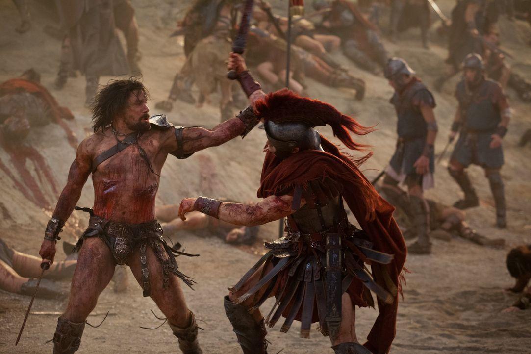 Mit vielen Kämpfern zieht Crixus (Manu Bennett, l.) bis vor die Tore Roms. Doch als da plötzlich auch Crassus' Truppen auftauchen, hat der Gallier k... - Bildquelle: 2012 Starz Entertainment, LLC. All rights reserved.