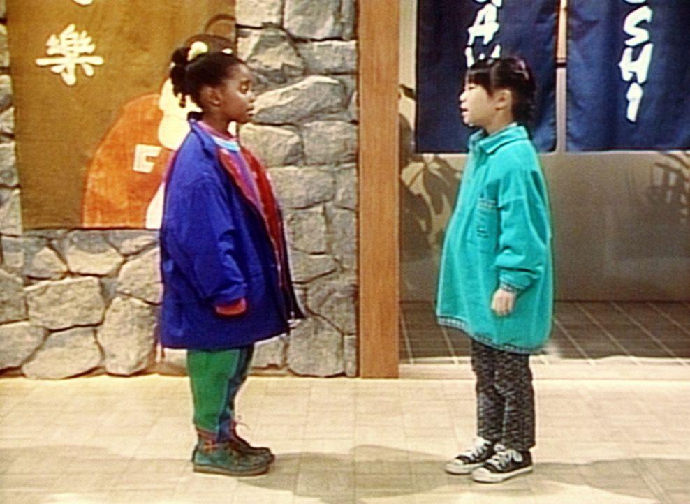 Nachdem sich Rudy (Keshia Knight Pulliam, l.) verlaufen hat, trifft sie ihre Freundin Kim (Naoko Nakagawa, r.) ... - Bildquelle: Viacom