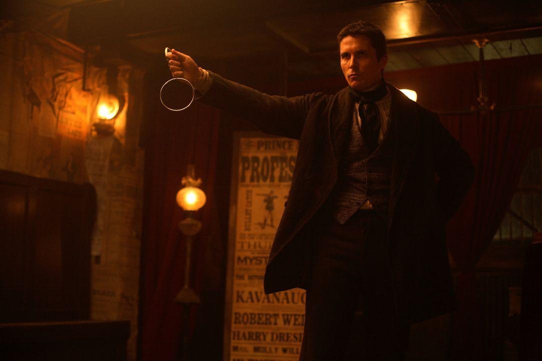 Mord oder Magie? Hat der erfolgreiche Illusionist Alfred Borden (Christian Bale) seinen Kollegen Robert Angier während einer Zaubervorstellung wirk... - Bildquelle: Warner Television
