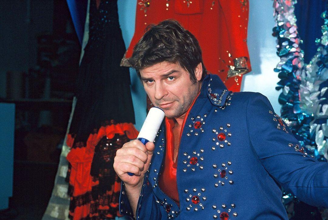 """Jupp (Uwe Fellensiek) versucht sich als Elvis-Imitator. Die Begeisterung des """"Publikums"""" hält sich in Grenzen ... - Bildquelle: Münstermann Sat.1"""