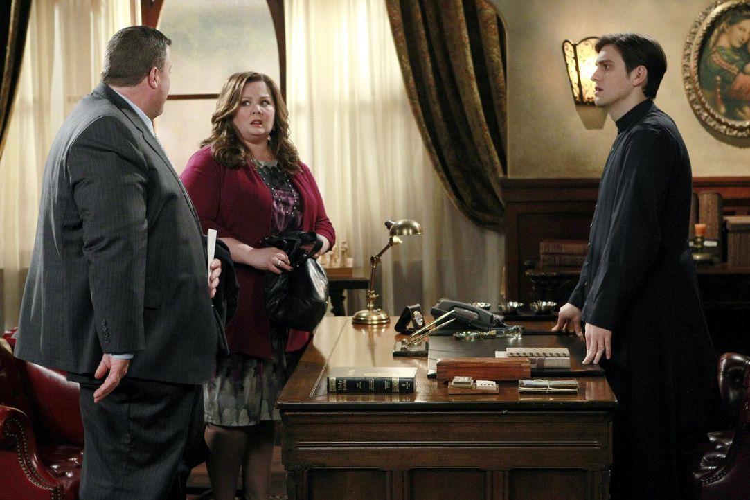 Das Treffen mit Pfarrer Justin (Josh Dean, r.) verläuft für Mike (Billy Gardell, l.) und Molly (Melissa McCarthy, M.) völlig anders als geplant ... - Bildquelle: Warner Brothers