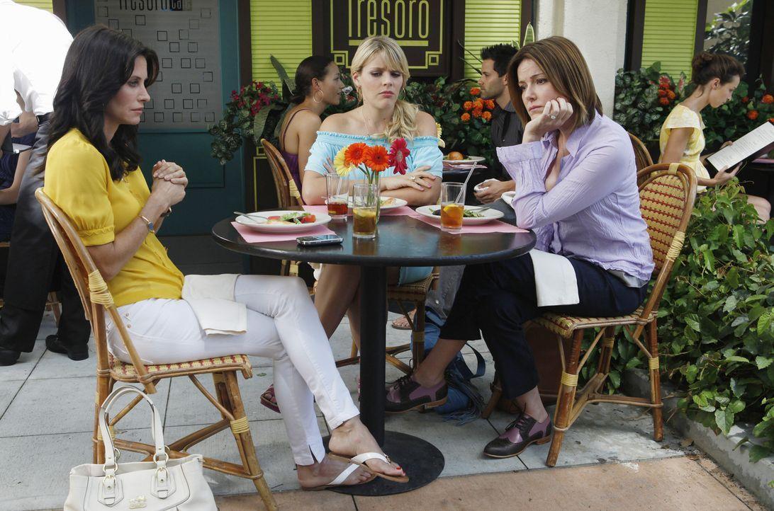 Jules (Courteney Cox, l.) beschließt, sich von Josh zu trennen, weil er sich in sie verliebt hat. Laurie (Busy Philipps, M.) und Ellie (Christa Mil... - Bildquelle: 2009 ABC INC.
