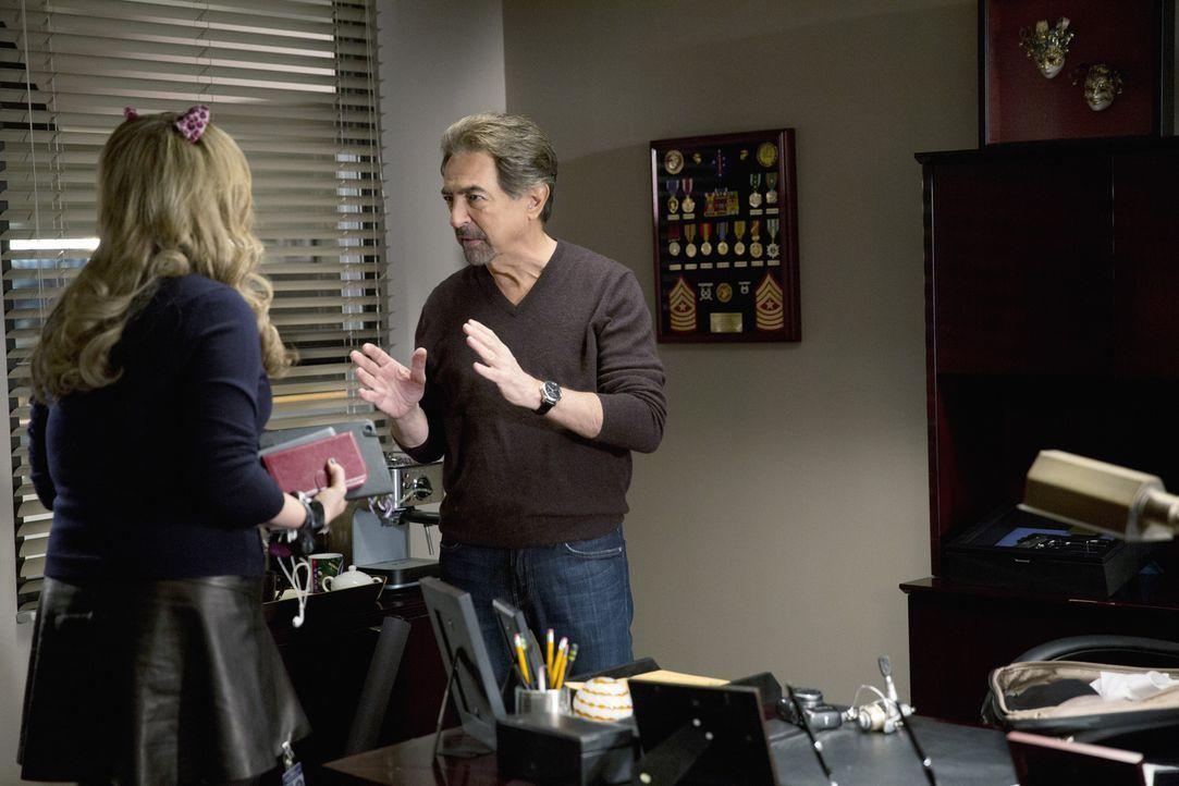 Das Team um Rossi (Joe Mantegna, r.) und Garcia (Kirsten Vangsness, l.) sucht nach einem Serienkiller, der die Behörden immer über seine Taten infor... - Bildquelle: ABC Studios