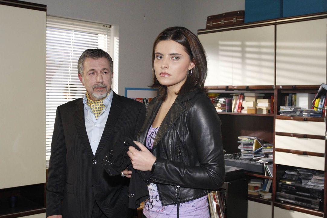 Wird sich die Situation zwischen Chris (Sophia Thomalla, r.) und ihrem Vater (Michele Oliveri, l.) wieder entspannen? - Bildquelle: SAT.1