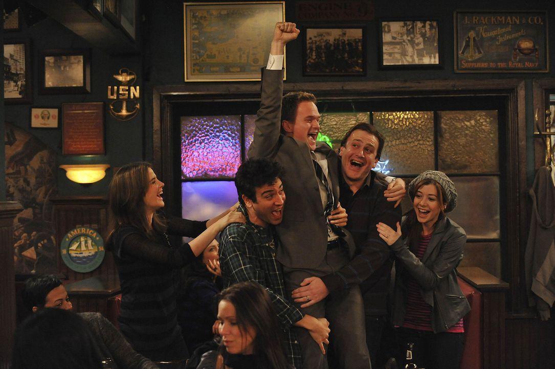 Barney (Neil Patrick Harris, M.) hat seine Herausforderung geschafft, und seine Freunde Robin (Cobie Smulders, l.), Ted (Josh Radnor, 2.v.l.), Marsh... - Bildquelle: 20th Century Fox International Television