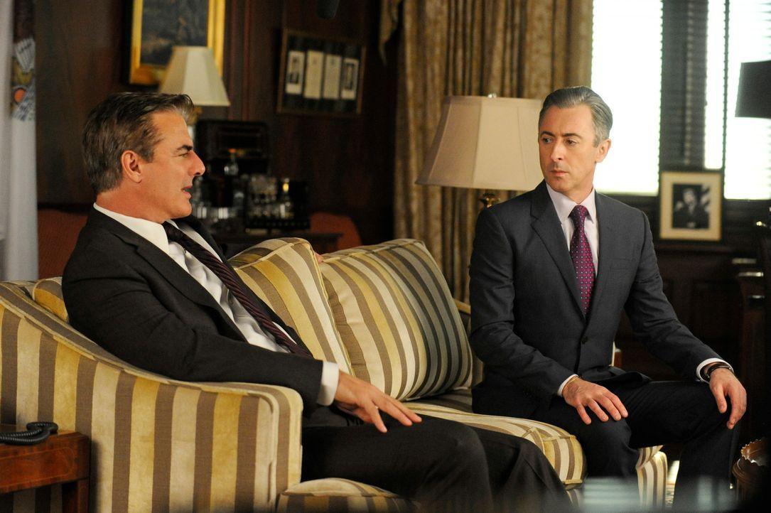 Geraten Peter (Chris Noth, l.) und Eli (Alan Cumming, r.) ins Visier einiger Ermittlungen? - Bildquelle: Jeffrey Neira 2013 CBS Broadcasting Inc. All Rights Reserved.