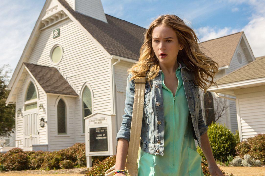 Durch eine unsichtbare Kuppel, ist Angie McAlister (Britt Robertson) gefangen in der Stadt, die sie eigentlich verlassen wollte ... - Bildquelle: 2013 CBS Broadcasting Inc. All Rights Reserved