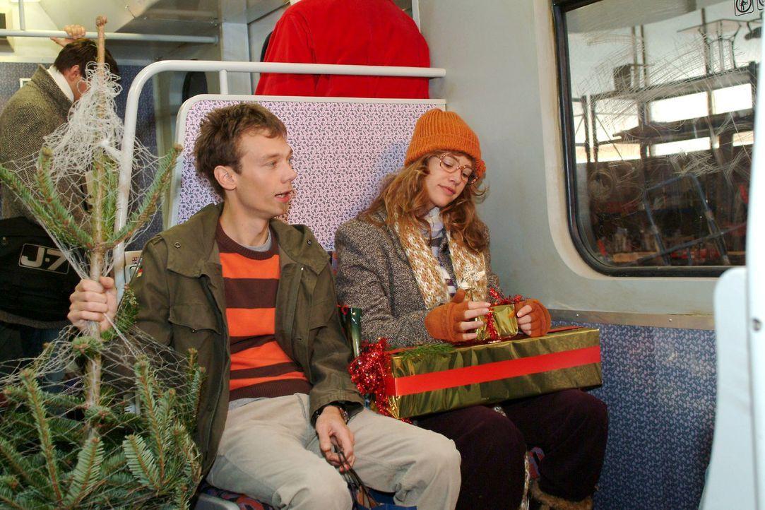 Lisa (Alexandra Neldel, r.) freut sich mit Jürgen (Oliver Bokern, l.) auf das Weihnachtsfest und ist gespannt, was in dem Paket ist, das David ihr g... - Bildquelle: Monika Schürle Sat.1