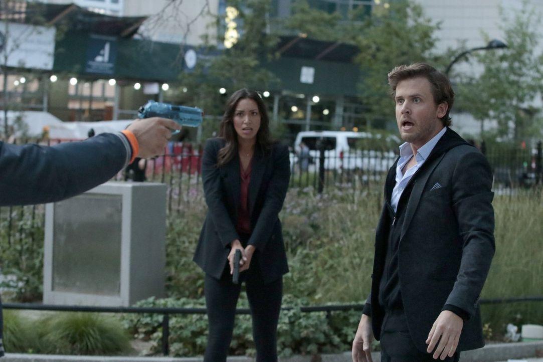 Die Situation eskaliert, als eine Waffe auf Cameron Black (Jack Cutmore-Scott, r.) und Kay Daniels (Ilfenesh Hadera, l.) gerichtet wird, doch diese... - Bildquelle: Warner Bros.