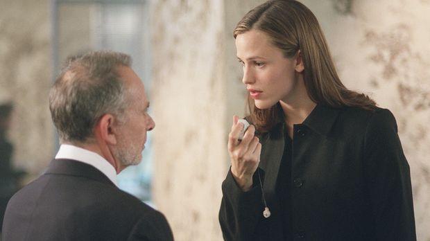 Sydney (Jennifer Garner, r.) hat herausgefunden, dass SD-6 einen Agenten auf...