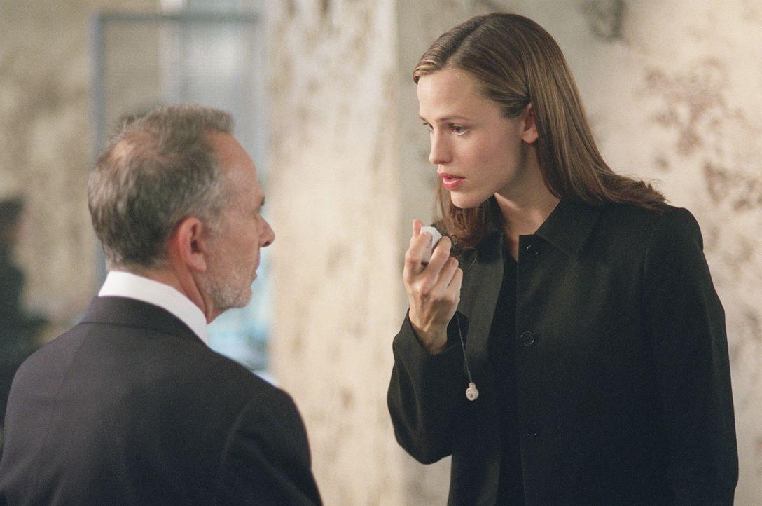 Sydney (Jennifer Garner, r.) hat herausgefunden, dass SD-6 einen Agenten auf sie angesetzt hat und stellt Sloane (Ron Rifkin) zur Rede ... - Bildquelle: Touchstone Television