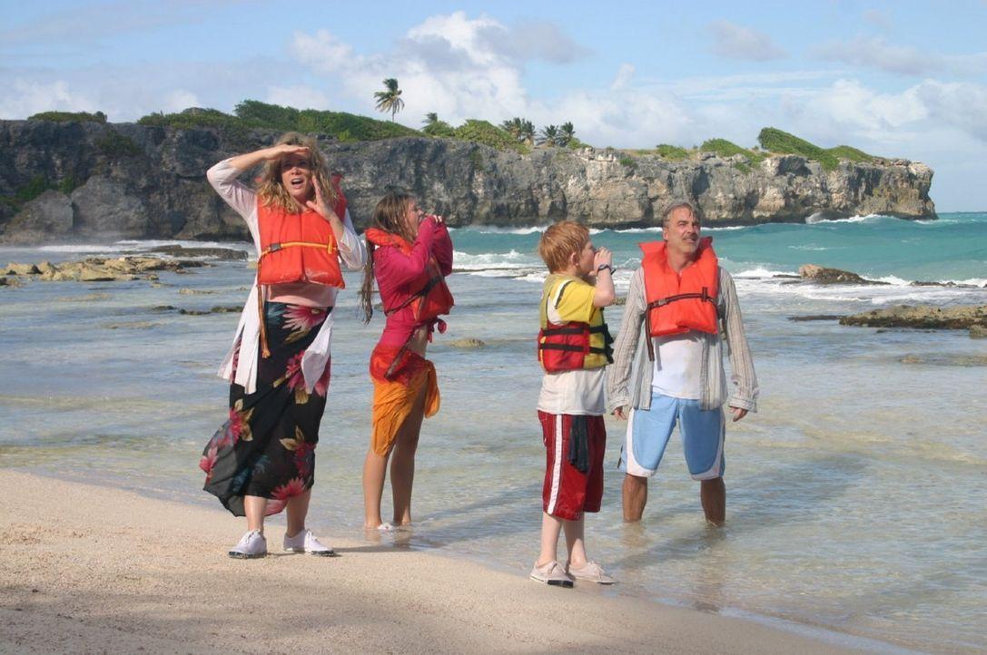"""Der Pirat Marcos hat die """"Ocean Queen"""" gekapert und die Familie (v.l.n.r.: Ann-Kathrin Kramer, Vijessna Ferkic, Sebastian Husak, Christoph M. Ohrt)... - Bildquelle: Walter Bailey Sat.1"""