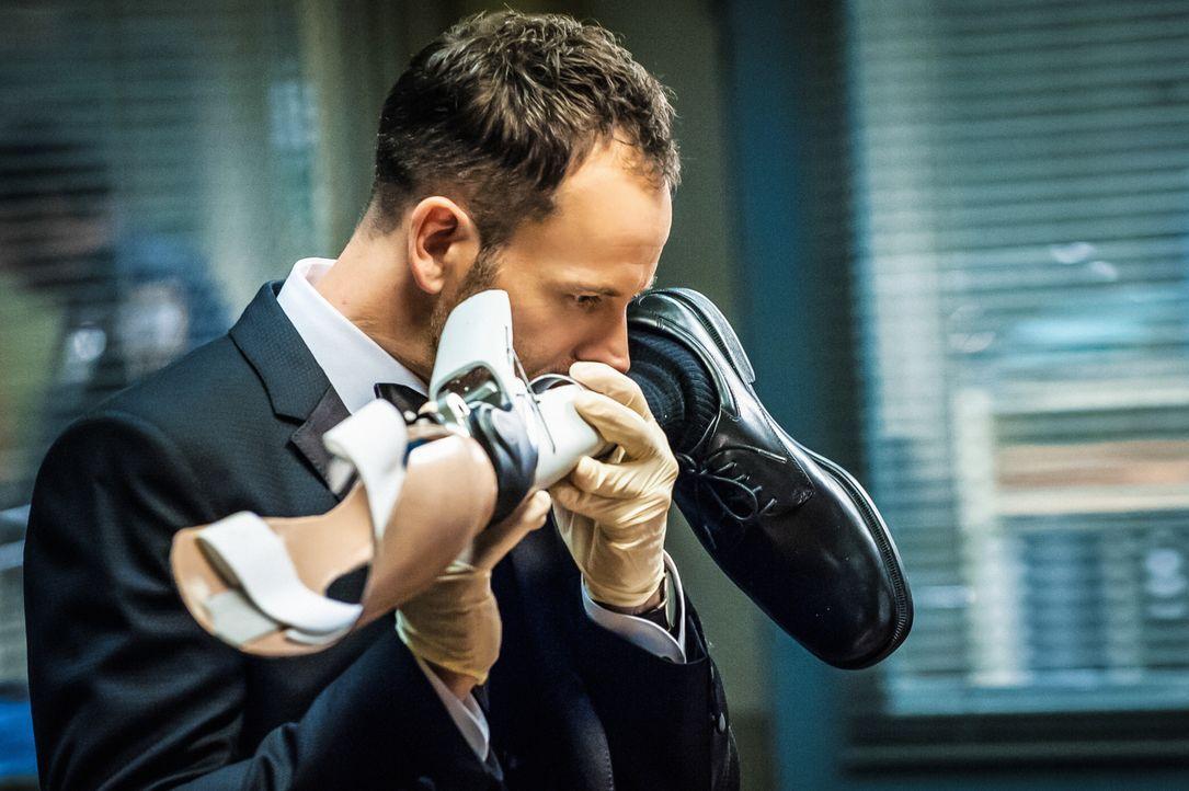 Er schreckt vor nichts zurück: Um Hinweise zu bekommen, schnuppert Sherlock Holmes (Jonny Lee Miller) auch schon mal an der Prothese eines Verdächti... - Bildquelle: CBS Television
