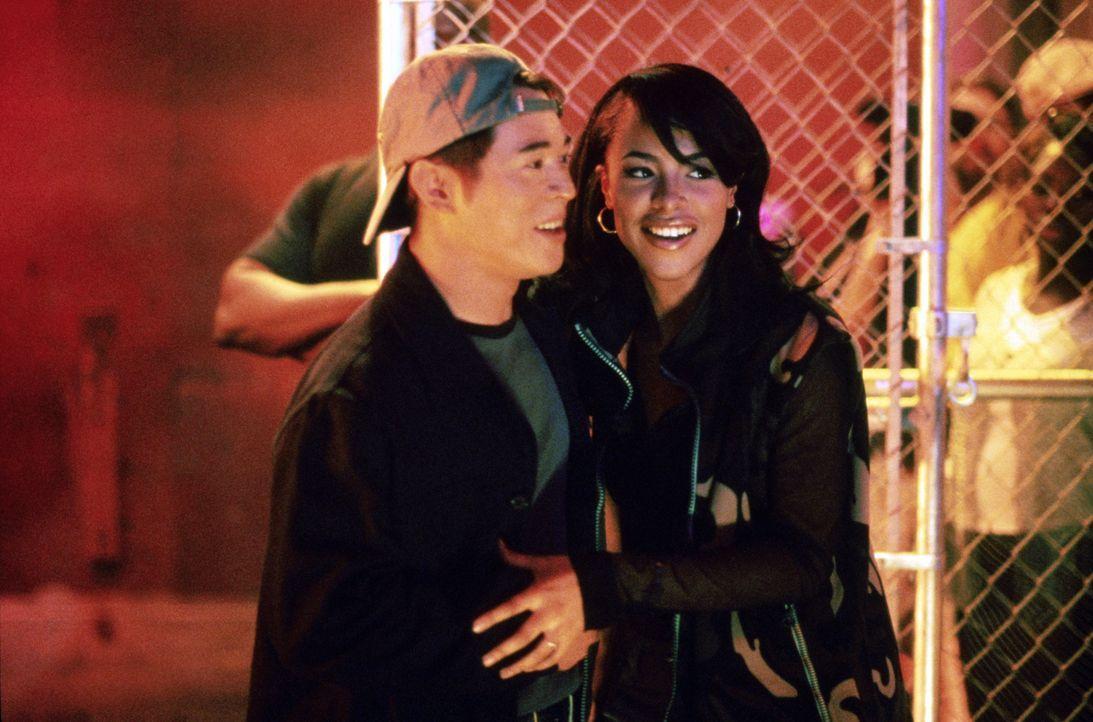 Ausgerechnet in Trish (Aaliyah, r.), die Tochter des Oberhauptes des feindlichen Familienclans, verliebt sich Han (Jet Li, l.), der den Mord an sein... - Bildquelle: Warner Bros. Pictures